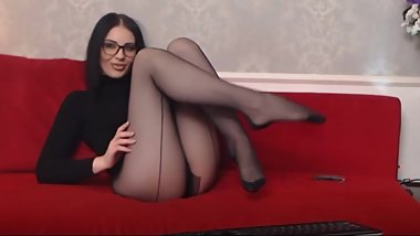 Camgirl in pantyhose show nylon feet 2